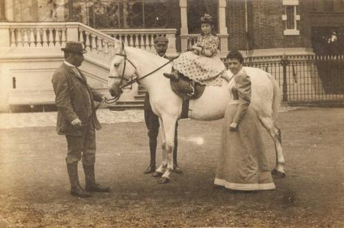 Auguste et Geneviève Crombez- Suzanne - Orcq 1907.jpg
